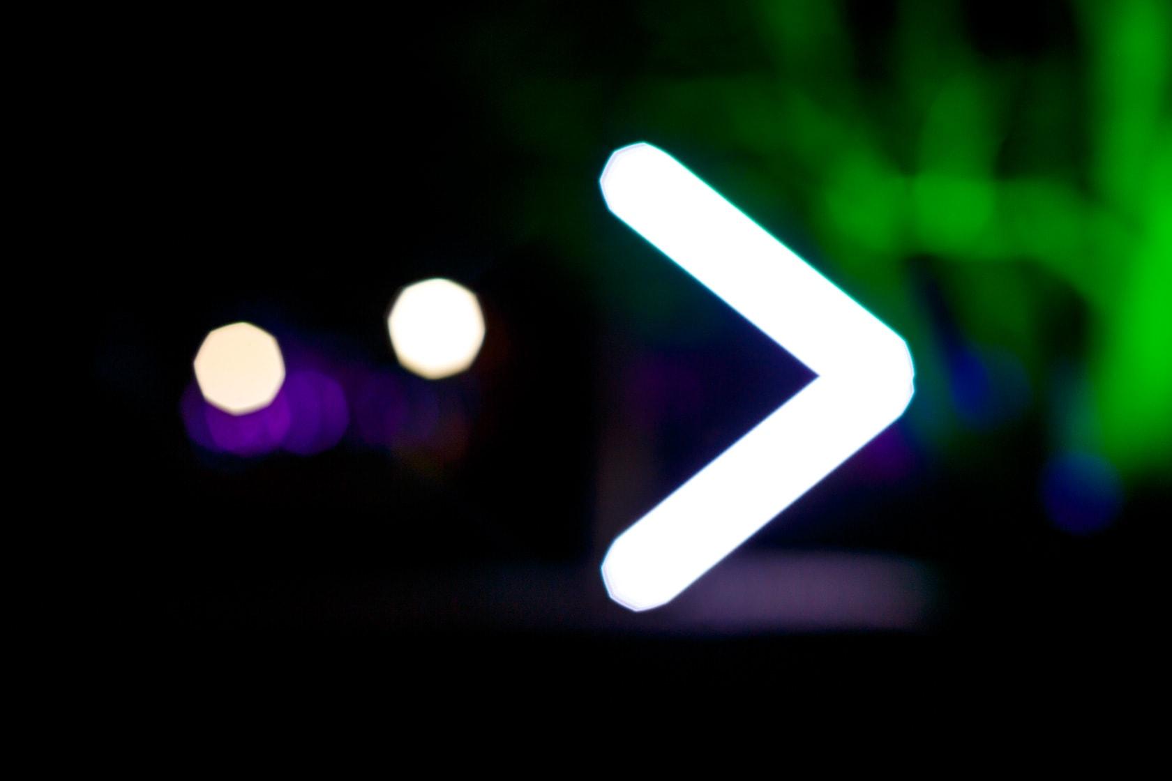 Abstrakter Pfeil als Symbol aus Licht